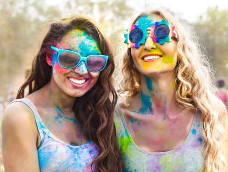 personas celebrando: Retrato de las ni�as felices en el festival de colores Holi Foto de archivo