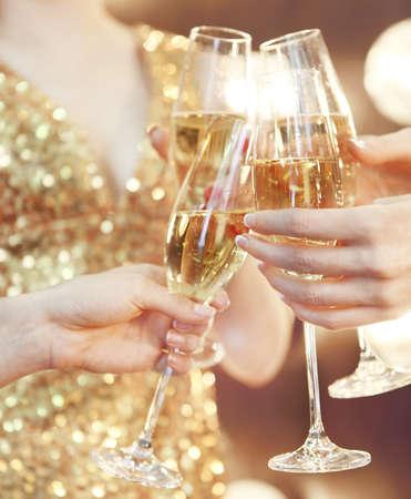 お祝いやパーティー。シャンパン乾杯のグラスを持っている人 写真素材