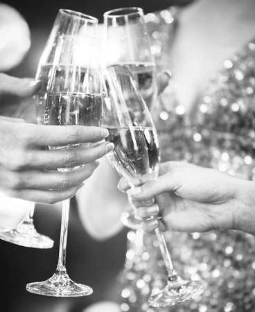 Celebration. Die Leute halten Gläser Champagner, einen Toast. DOF. Tageslicht. Foto in der Bewegung. Schwarzweiss-Bild