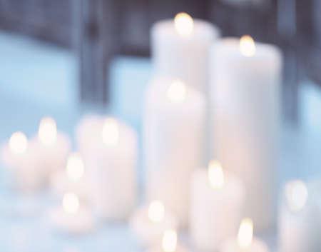 candela: Candele di fiamma di notte con bokeh. Astratto sfondo sfocato