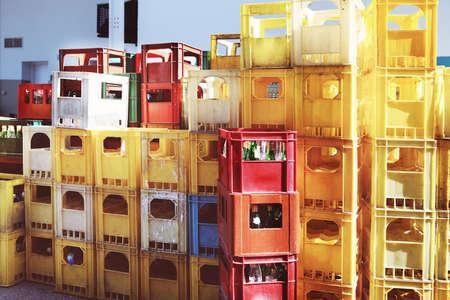 botellas vacias: Las botellas vacías en contenedores verdes en la calle de la ciudad