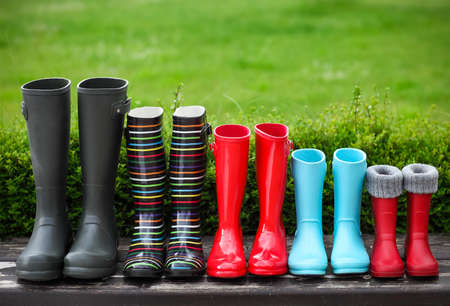 in row: Cinco pares de un colorido botas de lluvia. Concepto de familia