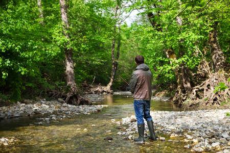pescando: Pescador con la pesca con mosca en el r�o de monta�a. Tiempo de primavera