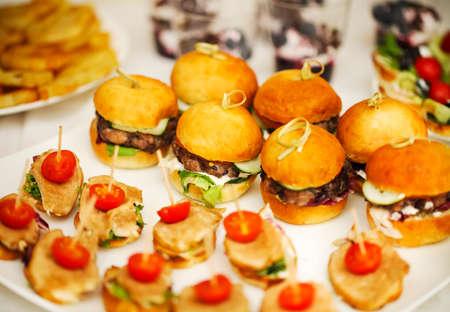 Verscheidenheid van de vinger voedsel op catering evenement. Ondiepe focus