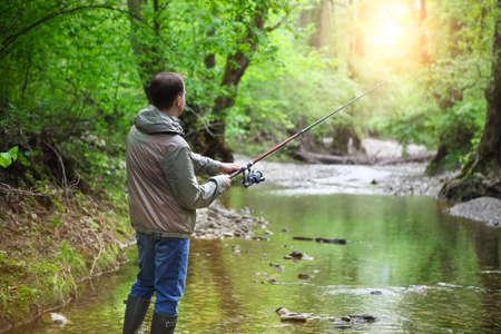 man fishing: Pescador con la pesca con mosca en el r�o de monta�a. Tiempo de primavera