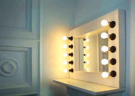 espejo: Espejo con bombillas de maquillaje en la sala de maquillaje