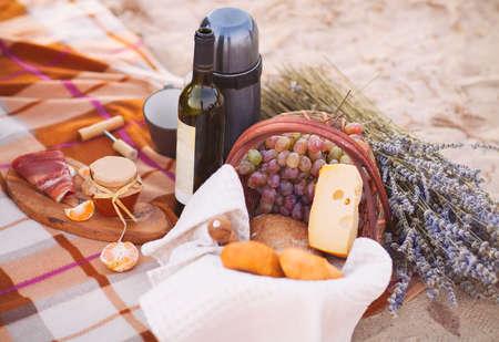 Herfst picknick aan zee met wijn, druiven, brood, jam en kaas Stockfoto