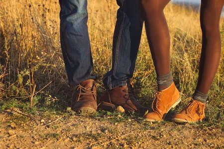 pies masculinos: Pareja hombre y mujer los pies en el amor al aire libre romántica con la naturaleza temporada de otoño en el fondo. Estilo de moda Moda