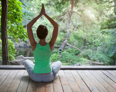 Jovem, mulher fazendo yoga asana