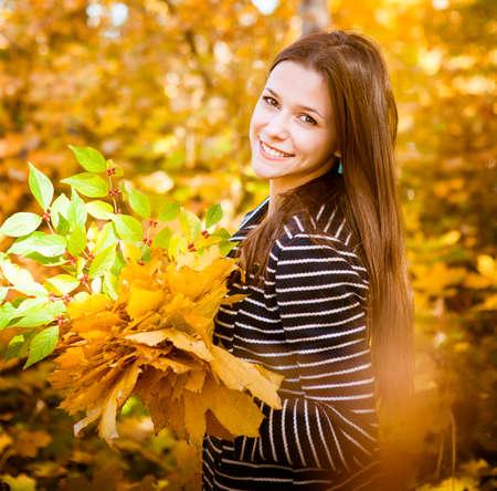 chicas adolescentes: Retrato de una adolescente hermosa que se divierte en parque del otoño .outdoor
