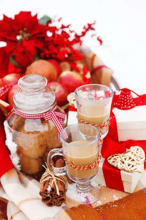 pastel de chocolate: Bodegón de Navidad con decoraciones de Navidad, galletas, manzanas, regalos y pichones chocolate caliente en la nieve fresca