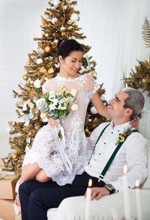 pareja de esposos: Alegre feliz pareja casada de decoraciones de Navidad Foto de archivo