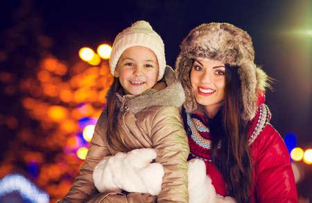 mama e hija: Madre de familia feliz y pequeña hija que juegan en el invierno vacaciones de Navidad