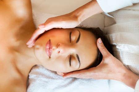 toallas: Close up retrato de un tratamiento de spa mujer joven que consigue. Masaje facial