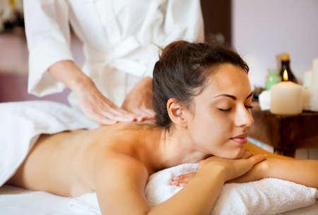 masajes relajacion: Joven y bella mujer de relax con masaje de manos en el spa de belleza. Acercamiento