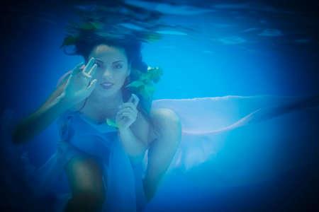 picada: Submarino cerca retrato de una mujer en la piscina Foto de archivo