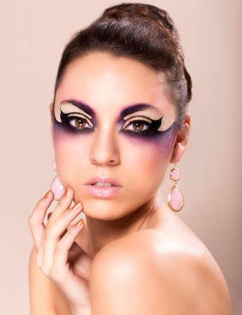 fantasy makeup: La fotografía de moda de mujer joven y hermosa con maquillaje de fantasía Foto de archivo