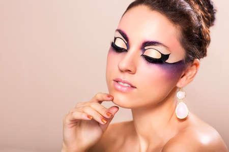 maquillaje de fantasia: La fotografía de moda de mujer joven y hermosa con maquillaje de fantasía Foto de archivo