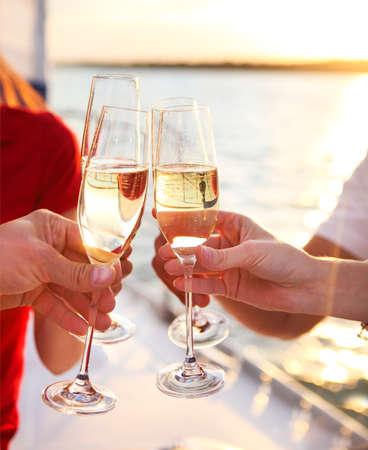 Heureux amis avec des verres de champagne sur yacht. Vacances, Voyage, mer et le concept de l'amitié. Fermer. Banque d'images - 52315481