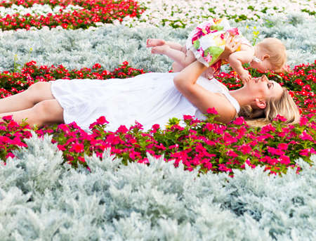 flowers garden: Happy mother and her little daughter in the summer park