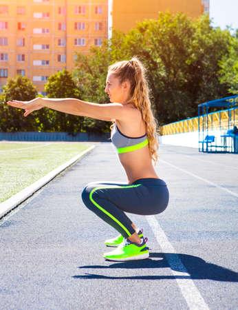 Femme sur la piste du stade. Femme d'été de séance d'entraînement de remise en forme. Jogging, sport, le concept de mode de vie sain et actif