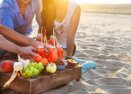 Grupa przyjaciół posiadających napoje na letni piknik. Ścieśniać Zdjęcie Seryjne
