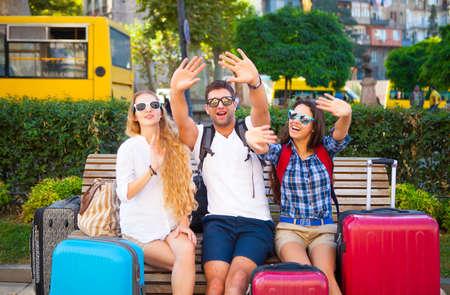 Travellers amigos con equipaje en la ciudad. enfoque selectivo