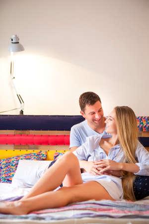 besos apasionados: Hermosa pareja siendo romántica y apasionada en la cama