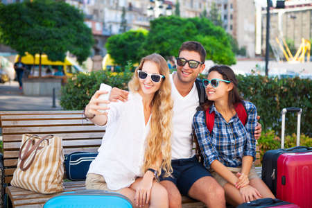 planificacion familiar: Happy tourists making selfei by the smart phone on vacations