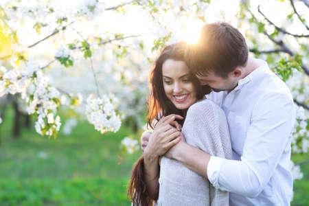 Joven pareja de enamorados besándose y abrazándose en la naturaleza