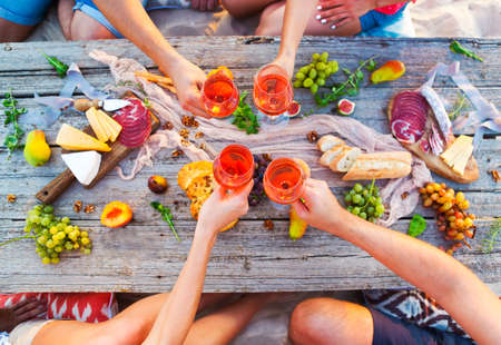 トップ ビュー ビーチ ピクニック用のテーブル。テーブルを閉じる。ビーチ パーティー 写真素材 - 76347900