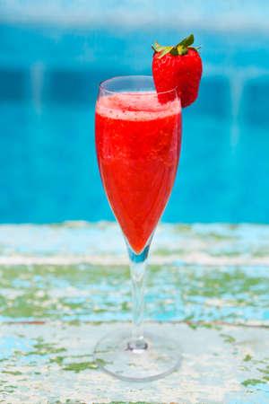 Champagne-Gläser mit Erdbeere auf Türkishintergrund. Rossini Cocktail. Sommer-Poolparty Standard-Bild - 81508235