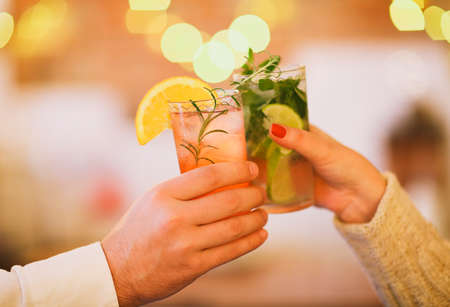 Two cocktail glasses in man and woman hand. Close up 版權商用圖片 - 90707343