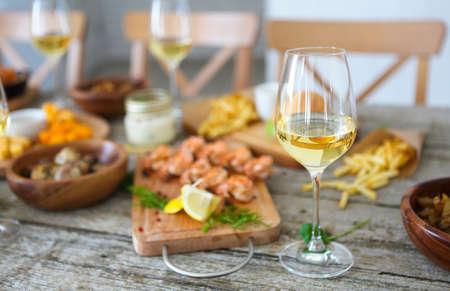 Familienessen mit Weißwein . Nahaufnahme des Tisches