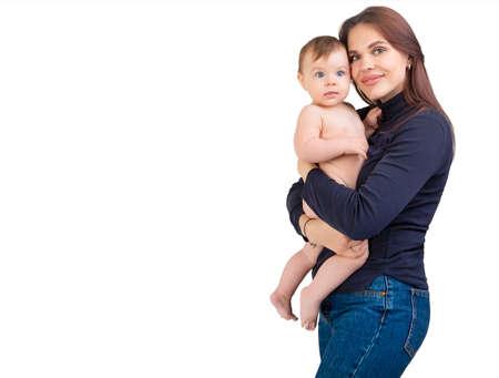 慈爱的母亲和她的女婴被孤立在白色的背景下