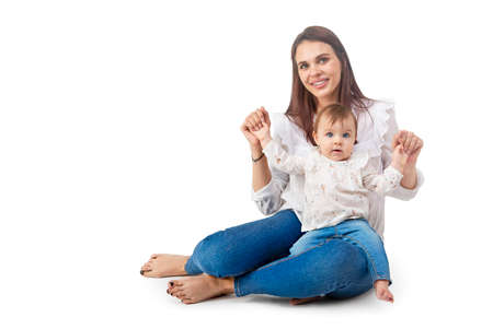 Amorevole madre e la sua bambina isolati su sfondo bianco Archivio Fotografico