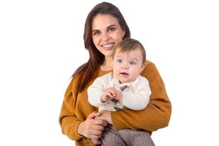 Madre amorevole e il suo bambino isolati su sfondo bianco