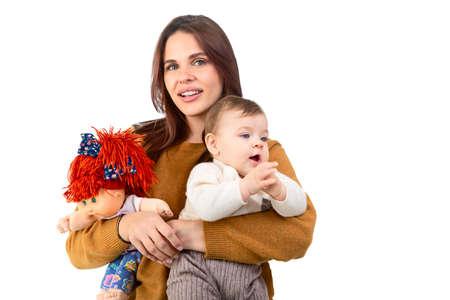 Amorevole madre e la sua bambina con il giocattolo isolato su sfondo bianco
