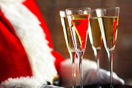 Santa Claus holding champagne glasses on the tray. Closeup  版權商用圖片