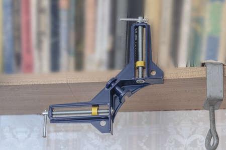 vise: Metal tornillo de banco casera azul oscuro en el estante Foto de archivo