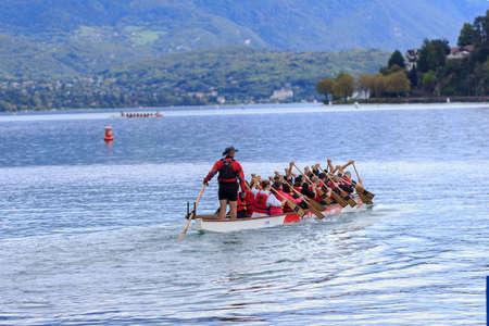 sprawled: Grupo de gente tirada en kayak en el lago Ginebra, Lago Leman, en Annecy, Francia, 05 de octubre 2013