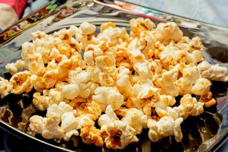 palomitas de maiz: Niza palomitas de oro en la placa de negro para comer