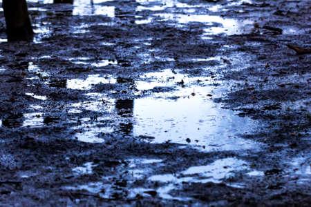granizados: Aguanieve y barro en el camino en la tarde nublada