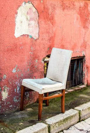 Antigua silla de madera en la calle de día viejo