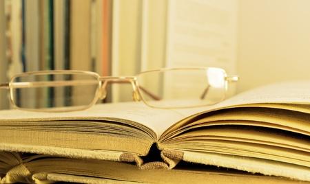 prosa: gli occhiali che si trovano sul libro aperto Archivio Fotografico