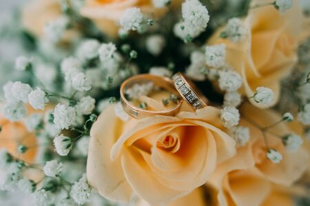 ruche: Bouquet of yellow roses and wedding rings