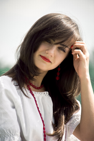 Mooie vrouw. Jonge mooie vrouw die een witte kleding in een park in openlucht draagt. Lente en de zomer natuurlijke schoonheid concept.