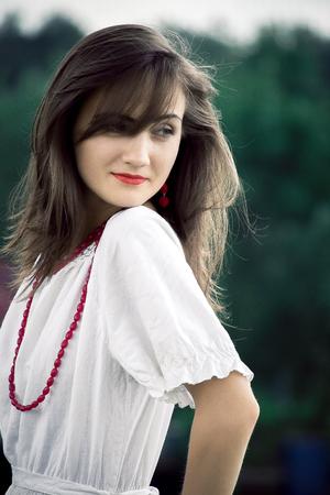 Mulher bonita. Jovem, mulher bonita vestindo um vestido branco em um parque ao ar livre. Conceito de beleza natural da primavera e do verão. Foto de archivo - 80767002