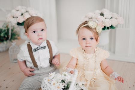 Zwei Babys - Junge und Mädchen gekleidet als Braut und Bräutigam Standard-Bild