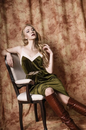 緑のビロードの美しいファッションモデルをドレスアップします。ヴィンテージ。豪華なスタイル。